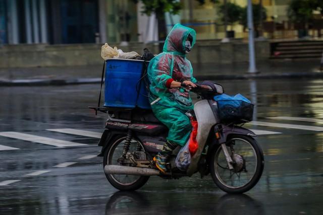 Người dân Thủ đô đón cái lạnh đầu mùa kèm mưa - Ảnh 2.