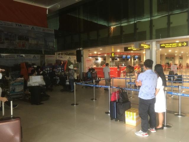 Hành khách chờ mòn mỏi ở sân bay Tân Sơn Nhất để về Đà Nẵng - Ảnh 1.