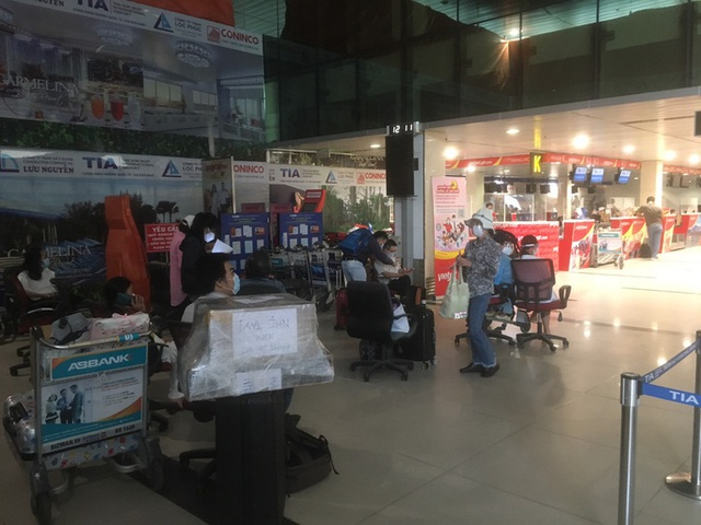 Hành khách chờ mòn mỏi ở sân bay Tân Sơn Nhất để về Đà Nẵng - Ảnh 2.