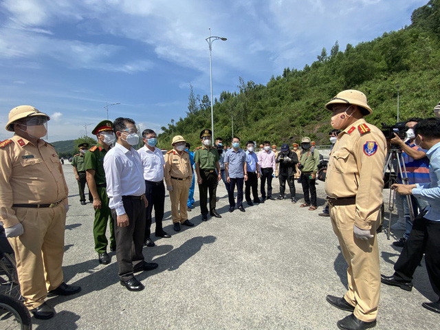 Bí thư Đà Nẵng đến hầm Hải Vân, phát tiền hỗ trợ cho người dân về quê - Ảnh 1.