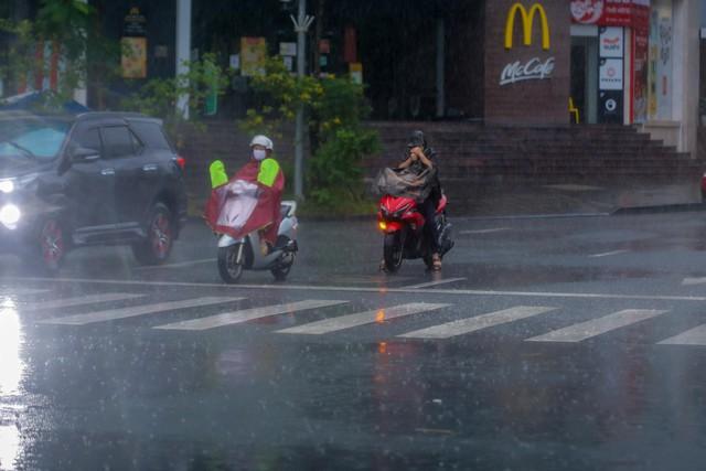 Người dân Thủ đô đón cái lạnh đầu mùa kèm mưa - Ảnh 11.