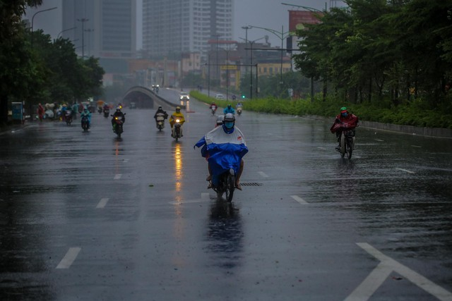 Người dân Thủ đô đón cái lạnh đầu mùa kèm mưa - Ảnh 12.