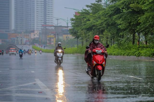 Người dân Thủ đô đón cái lạnh đầu mùa kèm mưa - Ảnh 13.