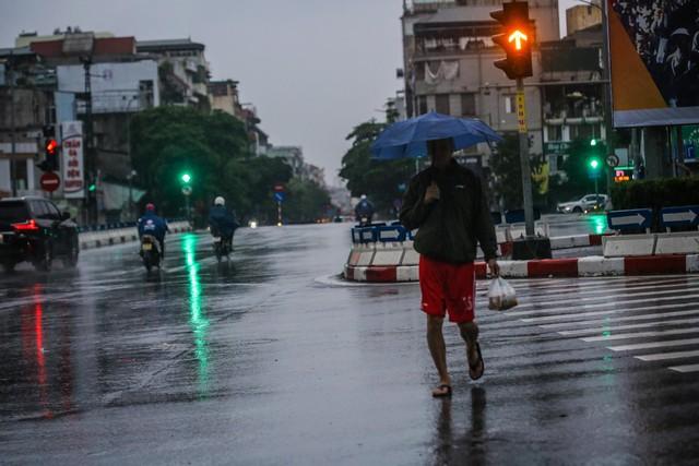 Người dân Thủ đô đón cái lạnh đầu mùa kèm mưa - Ảnh 3.