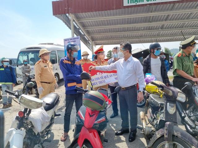 Bí thư Đà Nẵng đến hầm Hải Vân, phát tiền hỗ trợ cho người dân về quê - Ảnh 3.