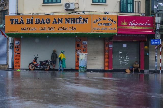 Người dân Thủ đô đón cái lạnh đầu mùa kèm mưa - Ảnh 4.