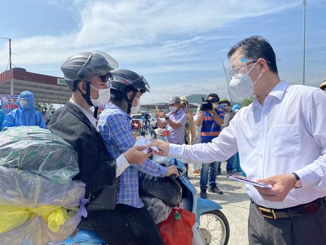 Bí thư Đà Nẵng đến hầm Hải Vân, phát tiền hỗ trợ cho người dân về quê - Ảnh 5.