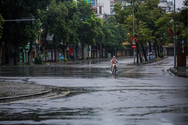 Người dân Thủ đô đón cái lạnh đầu mùa kèm mưa - Ảnh 6.