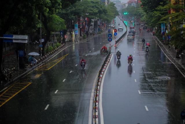Người dân Thủ đô đón cái lạnh đầu mùa kèm mưa - Ảnh 9.