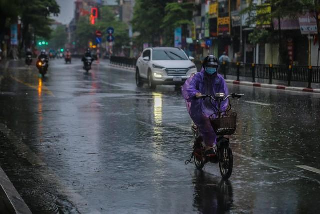Người dân Thủ đô đón cái lạnh đầu mùa kèm mưa - Ảnh 10.