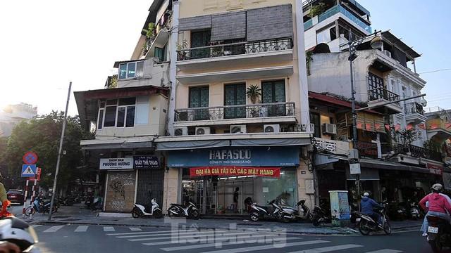 Nhiều cửa hàng kinh doanh ở Hà Nội bị dán thông báo ngừng cấp điện nước vì không đóng phí - Ảnh 1.