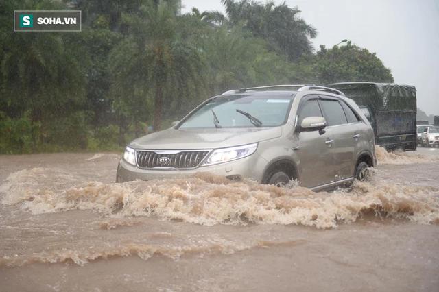 Hà Nội: Đại lộ Thăng Long - Vành đai 3 ngập nghiêm trọng, ô tô đi trong biển nước - Ảnh 1.