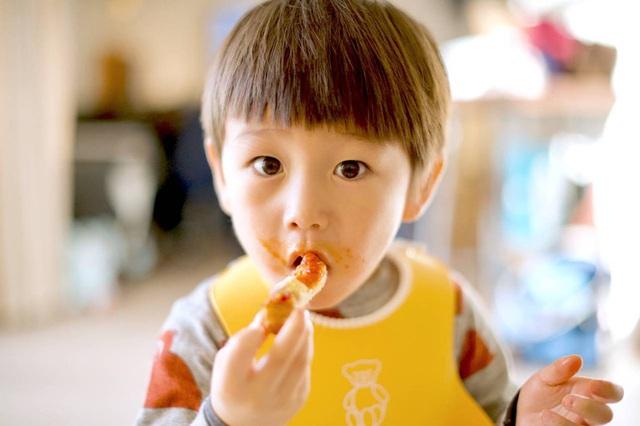 4 loại thực phẩm hạn chế cho trẻ ăn nhiều trước khi ngủ, nếu không sẽ ảnh hưởng chiều cao, quá tải dạ dày trẻ - Ảnh 1.
