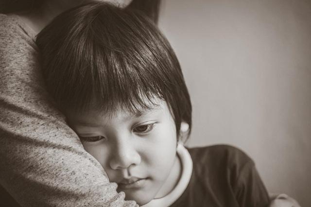 3 hành vi của trẻ bị hiểu lầm là EQ cao, thật ra chúng là biểu hiện của khao khát thầm kín thường bị bố mẹ bỏ qua - Ảnh 2.