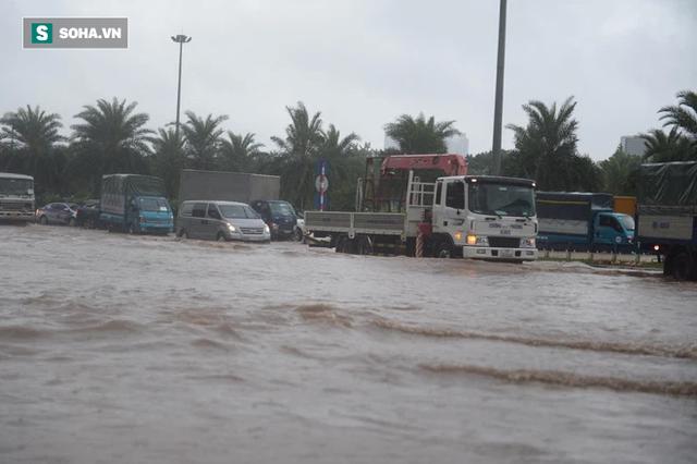 Hà Nội: Đại lộ Thăng Long - Vành đai 3 ngập nghiêm trọng, ô tô đi trong biển nước - Ảnh 11.