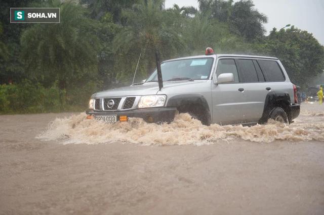 Hà Nội: Đại lộ Thăng Long - Vành đai 3 ngập nghiêm trọng, ô tô đi trong biển nước - Ảnh 12.