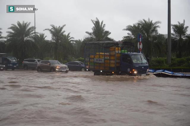 Hà Nội: Đại lộ Thăng Long - Vành đai 3 ngập nghiêm trọng, ô tô đi trong biển nước - Ảnh 3.