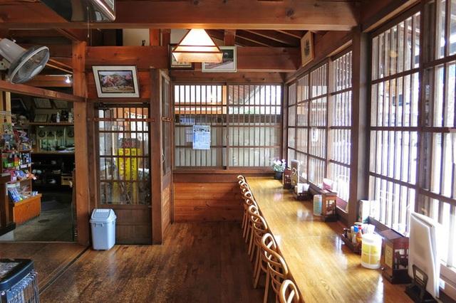 Ngẩn ngơ trước sự quyến rũ của những ngôi nhà mái dốc thuộc ngôi làng đẹp nhất Nhật Bản - Ảnh 21.