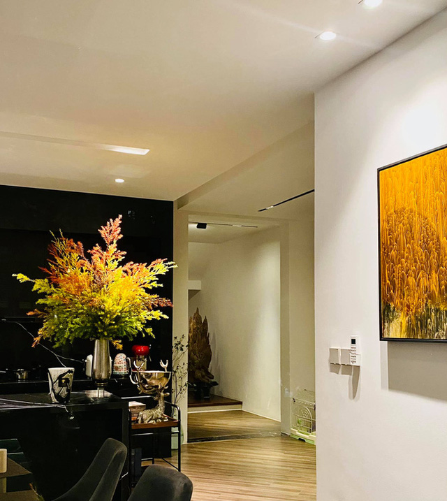 Hé lộ biệt thự của BTV Ngọc Trinh: Bể bơi trong nhà lấp lánh như resort, phòng khách chẳng khác phòng triển lãm tranh - Ảnh 4.