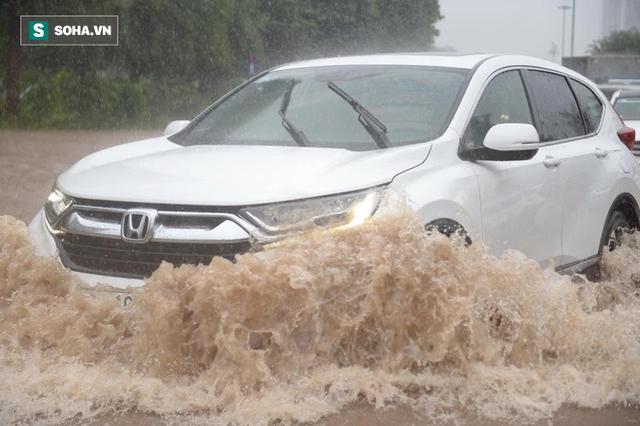 Hà Nội: Đại lộ Thăng Long - Vành đai 3 ngập nghiêm trọng, ô tô đi trong biển nước - Ảnh 5.