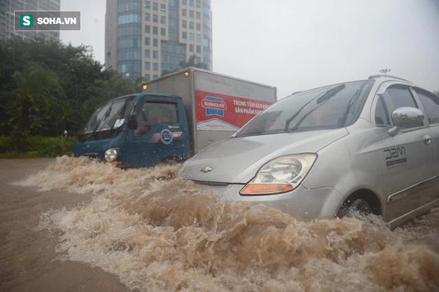 Hà Nội: Đại lộ Thăng Long - Vành đai 3 ngập nghiêm trọng, ô tô đi trong biển nước - Ảnh 6.