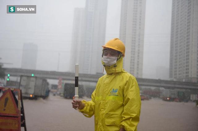 Hà Nội: Đại lộ Thăng Long - Vành đai 3 ngập nghiêm trọng, ô tô đi trong biển nước - Ảnh 7.