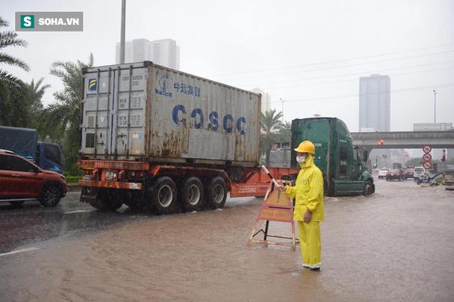 Hà Nội: Đại lộ Thăng Long - Vành đai 3 ngập nghiêm trọng, ô tô đi trong biển nước - Ảnh 8.