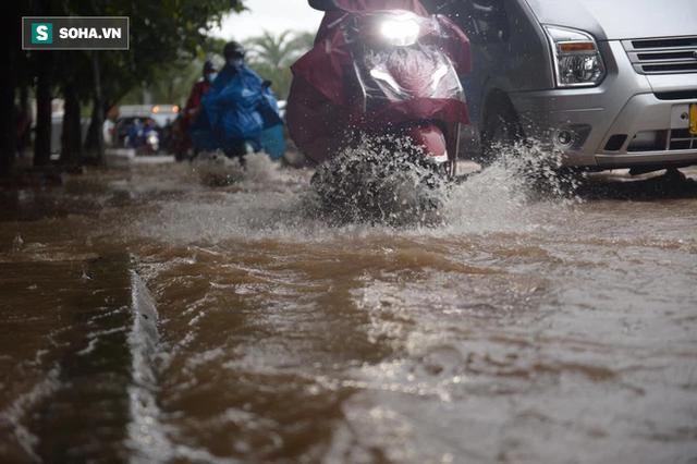 Hà Nội: Đại lộ Thăng Long - Vành đai 3 ngập nghiêm trọng, ô tô đi trong biển nước - Ảnh 9.
