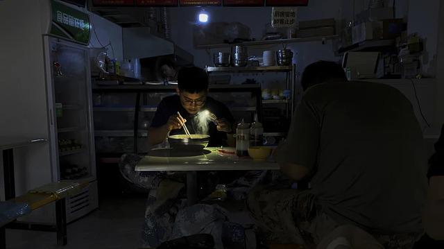 Mất điện, mất nước, giao thông hỗn loạn: Người dân Trung Quốc lao đao trước tình trạng thiếu điện trầm trọng - Ảnh 2.