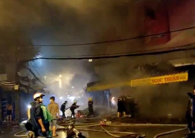 Cảnh sát dầm mưa cắt cửa sắt để dặp tắt đám cháy trong chợ Nhị Thiên Đường - Ảnh 2.