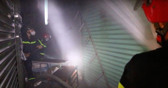 Cảnh sát dầm mưa cắt cửa sắt để dặp tắt đám cháy trong chợ Nhị Thiên Đường - Ảnh 3.