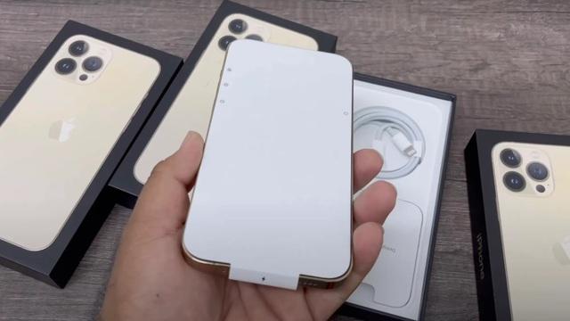 Chuyện chưa từng có: Khách mua iPhone 13 ở Việt Nam buộc phải khui hộp và kích hoạt ngay ở cửa hàng? - Ảnh 1.