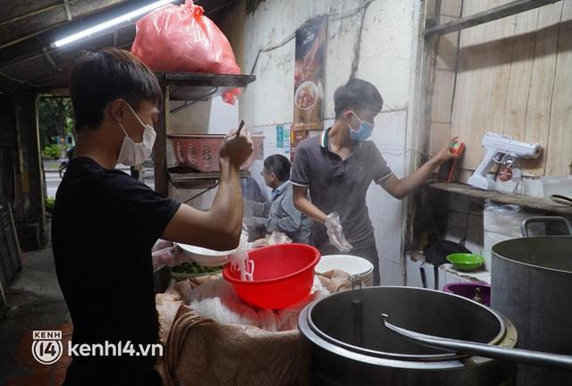 Từ sáng sớm, người dân Hà Nội phấn khởi rủ nhau đi ăn sáng: Cả tạ phở hết vèo trong vài tiếng! - Ảnh 2.