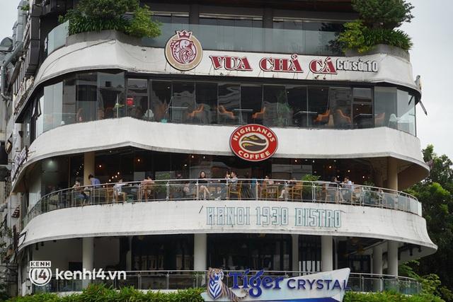 Ảnh: Sau bát phở nóng hổi, người Hà Nội thảnh thơi nhâm nhi cà phê, ngắm nhìn Thủ đô đang mùa đẹp nhất - Ảnh 1.