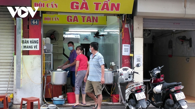Nhà hàng, quán cà phê ở Hà Nội nhộn nhịp đón khách ăn uống tại chỗ - Ảnh 1.