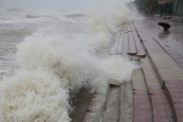 Bão số 8: Sóng cao 5m đang đánh vào bờ biển Nghệ An, hàng trăm khối đất đá sạt lở, đổ xuống quốc lộ  - Ảnh 2.