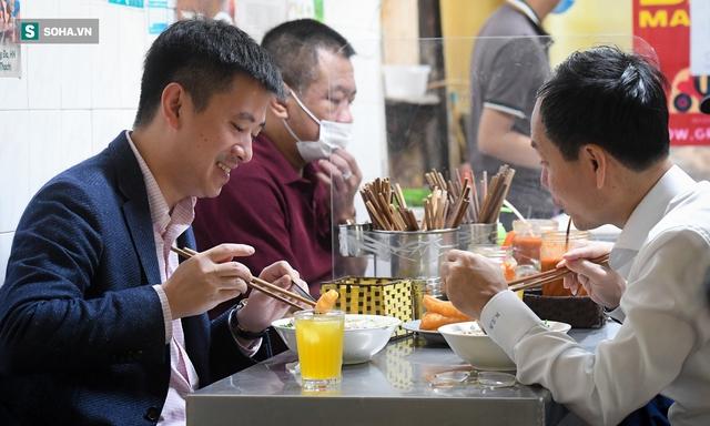 Chủ tịch hội đồng quản trị, tổng giám đốc đi từ Bắc Ninh ra Hà Nội ăn phở cho đã cơn thèm rồi lại đi về - Ảnh 2.