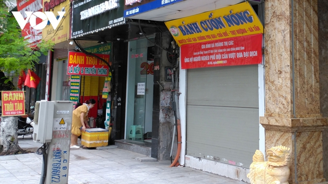 Hàng quán ở Hà Nội phục vụ khách tại chỗ: Người hy vọng, kẻ tiếc nuối  - Ảnh 2.