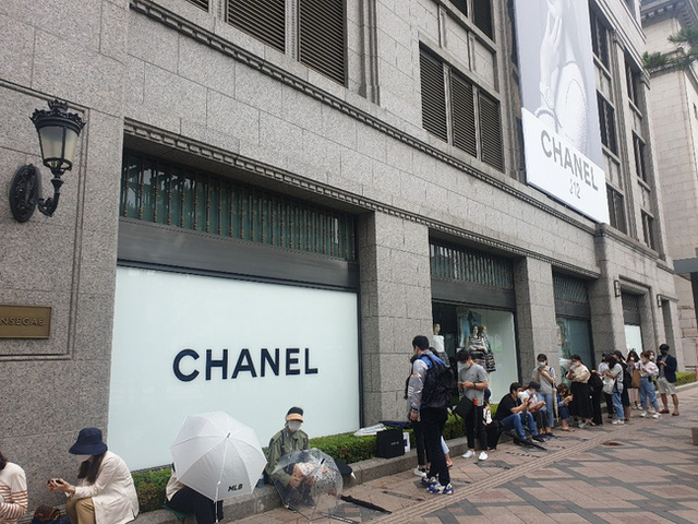 Giải điền kinh Chanel mở rộng tại Hàn: Cuộc đua mỗi người 1 chiếc túi cho tới màn thiết quân luật từ nhà mốt - Ảnh 1.