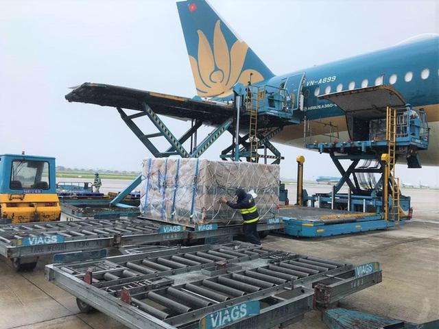 Vận chuyển 560.000 liều vắc-xin và vật tư y tế từ châu Âu về Việt Nam  - Ảnh 1.