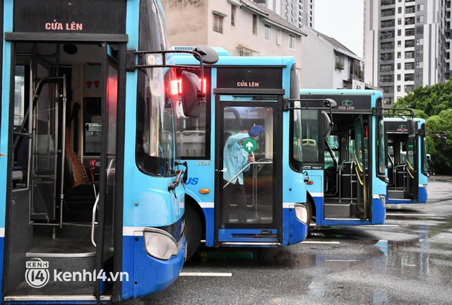 Hà Nội: Xe buýt, taxi hối hả chuẩn bị cho ngày đầu được hoạt động, đón khách trở lại - Ảnh 11.