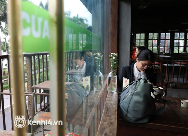Ảnh: Sau bát phở nóng hổi, người Hà Nội thảnh thơi nhâm nhi cà phê, ngắm nhìn Thủ đô đang mùa đẹp nhất - Ảnh 11.