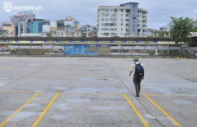 Hà Nội ngày đầu nối lại vận tải liên tỉnh: Cả bến xe chỉ có duy nhất 1 chuyến, nhiều người dân thất vọng phải quay về - Ảnh 11.
