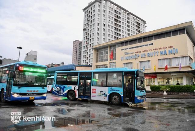 Hà Nội: Xe buýt, taxi hối hả chuẩn bị cho ngày đầu được hoạt động, đón khách trở lại - Ảnh 12.