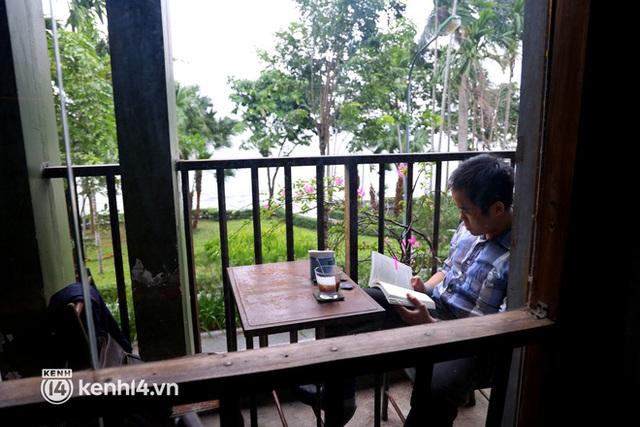 Ảnh: Sau bát phở nóng hổi, người Hà Nội thảnh thơi nhâm nhi cà phê, ngắm nhìn Thủ đô đang mùa đẹp nhất - Ảnh 12.