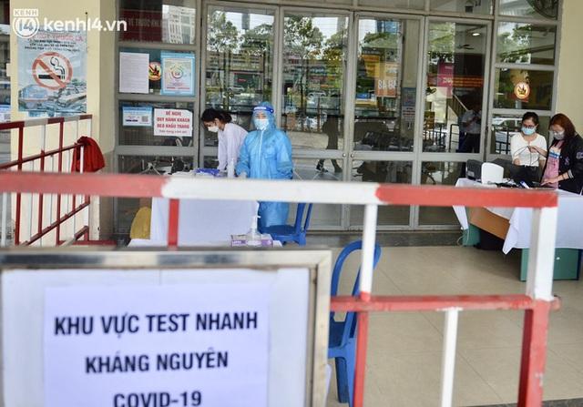 Hà Nội ngày đầu nối lại vận tải liên tỉnh: Cả bến xe chỉ có duy nhất 1 chuyến, nhiều người dân thất vọng phải quay về - Ảnh 12.