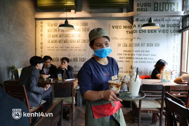 Ảnh: Sau bát phở nóng hổi, người Hà Nội thảnh thơi nhâm nhi cà phê, ngắm nhìn Thủ đô đang mùa đẹp nhất - Ảnh 13.