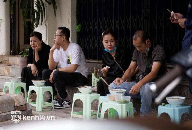 Từ sáng sớm, người dân Hà Nội phấn khởi rủ nhau đi ăn sáng: Cả tạ phở hết vèo trong vài tiếng! - Ảnh 14.