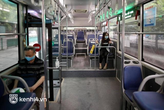 Hà Nội: Xe buýt, taxi hối hả chuẩn bị cho ngày đầu được hoạt động, đón khách trở lại - Ảnh 14.