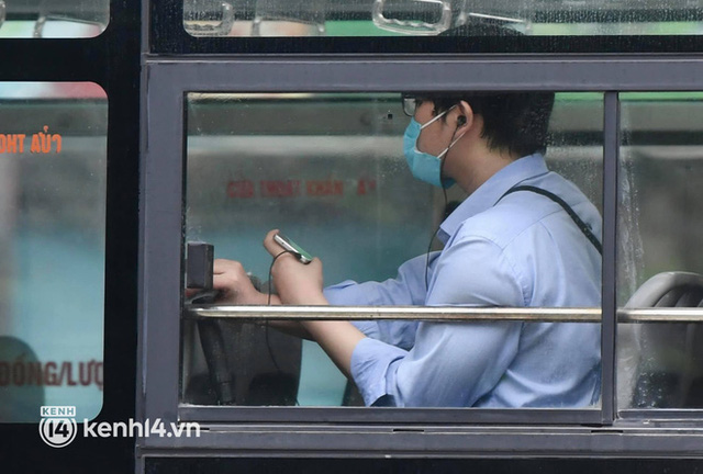 Hà Nội: Xe buýt, taxi hối hả chuẩn bị cho ngày đầu được hoạt động, đón khách trở lại - Ảnh 15.